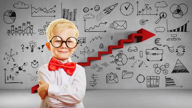 Kluges Kind vor Wand mit Innovation