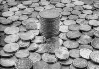 Gestapelte 2 Euro Münzen in sw mit der Schrift Einigkeit und Recht und Freiheit