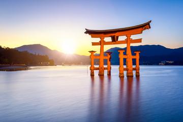 Fototapete - Großes Torii beim Itsukushima Schrein in Miyajima Japan