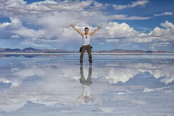 Uomo  a braccia aperte nel deserto di sale : Salares de Uyuni, Bolivia. Concetto di libertà