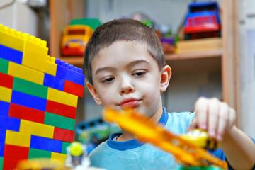 Мальчик играет с конструктором,
