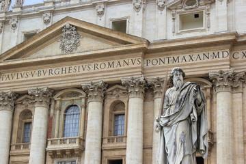Die Statue vom Heiligen Paulus auf dem Petersplatz vor dem Petersdom (Vatikan)