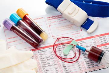 Blutuntersuchung, Blutproben auf einem Laborformular