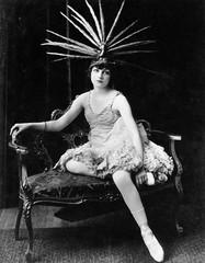 Portret żeński tancerz z piórkowym pióropuszem - 104427360