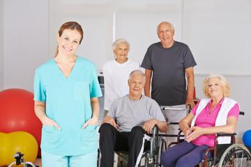 Krankenpflegerin vor Gruppe Senioren