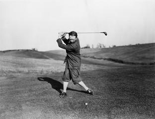 Mężczyzna gra w golfa - 104442135