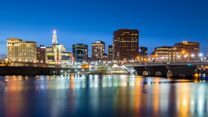 Fototapete - Hartford skyline and Founders Bridge at dusk. Hartford is the capital of Connecticut.