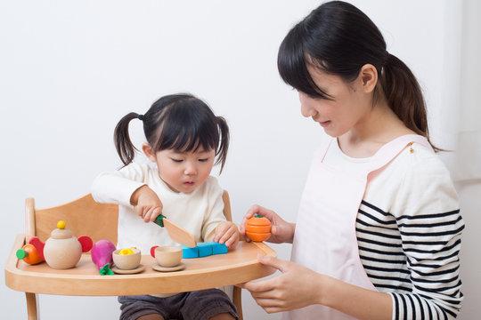 保育士と児童