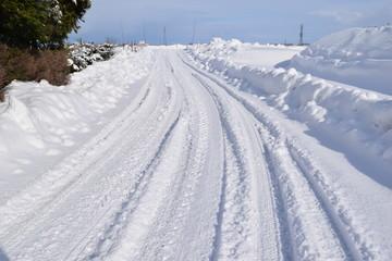雪国の道路/雪国の山形県で、降雪後の道路を撮影した写真です。