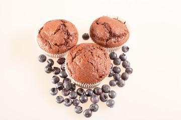 Schoko Muffin mit Heidelbeeren isoliert auf weiß - Querformat