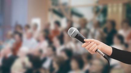 Microfono in mano pubblico tv