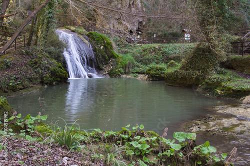 Piccolo laghetto con cascata nel bosco immagini e for Cascata per laghetto