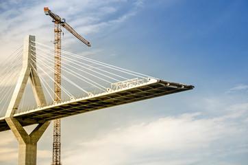 Hängebrücke im Bau