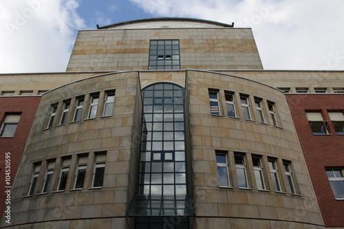 Minimalistisches Haus Gebaude Mit Wand Aus Glas Und Sandstein