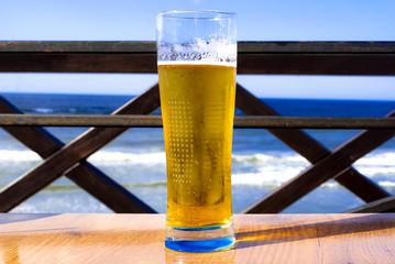 Obraz Glass of Beer on the Sea - fototapety do salonu