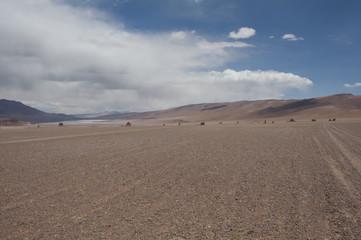 Desierto de rocas y arena, salar de Atacama, cordillera de los Andes, Chile.