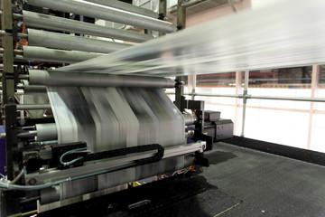 高速で印刷される輪転新聞印刷