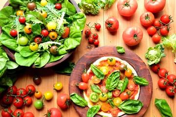 カラフルなトマトのピザとサラダとトマト