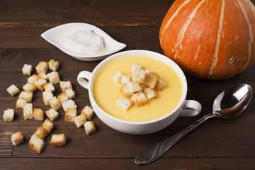 Cream soup of pumpkin with spices, with cream, crackers