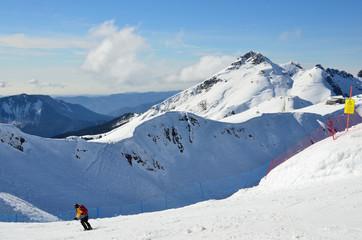 Сочи, горнолыжный курорт Роза Хутор. Мужчина катается на лыжах