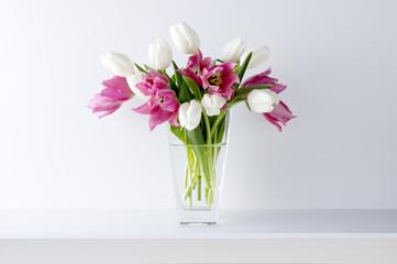 白い背景と棚と花瓶と2色のチューリップ