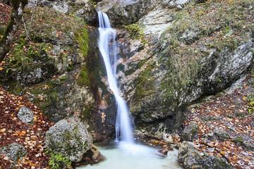 Piccola cascata che sgorga tra le rocce