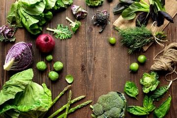 緑と紫の春野菜とハーブ