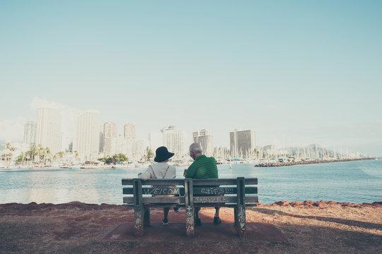 ベンチに座っている高齢者の夫婦