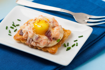 Tartlet with ham and egg