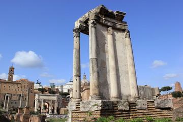 Blick auf den Tempel der Vesta im berühmten Forum Romanum in Rom