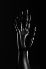 Mano nera porta anelli in resina per gioielli e accessori
