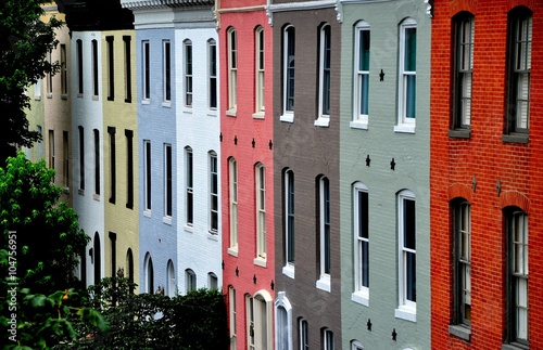 Fototapete Baltimore, Maryland - July 24, 2013:  Colorful early 19th century homes line Montgomerey Street in the Federal Hill Historic District