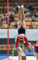 Спортивная гимнастика, прыжок на бревне.