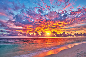 Foto op Aluminium Zee / Oceaan Colorful sunset over ocean on Maldives
