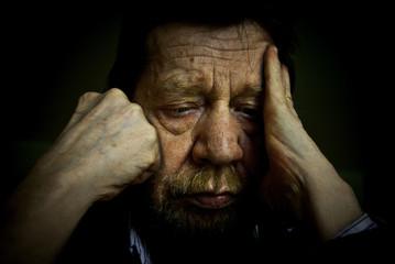 uomo anziano pensieroso, depresso