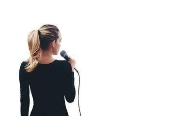 Ragazza con microfono in mano