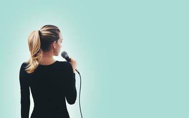 Ragazza canta con microfono parla