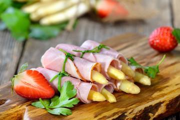 Frischer gekochter weißer Spargel gerollt in saftigem Hinterschinken - Ham rolls with white  asparagus