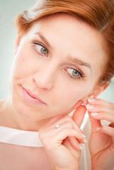 Sposa prima del matrimonio - Sistemando gli orecchini