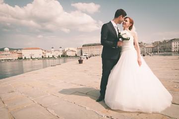 952a61e70f8 Sposi felici in momenti di tenerezza - Trieste Italia, Molo Audace