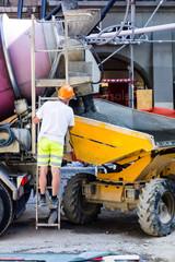Arbeiter am Betonmischer auf Baustelle