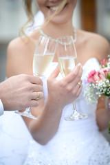 Brautpaar beim Anstoßen mit Champagner