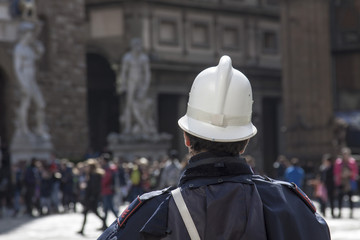 Toscana,Firenze, vigile urbano in piazza della Signoria.