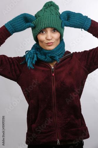 giovane vestita con cuffia sciarpa e guanti di lana si mette le mani in  testa. 1edaa79b2d90