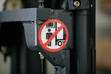 Sicherheit Schild an Industrie Gabelstapler