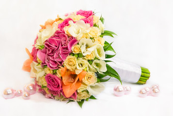 Свадебный букет с оранжевыми, розовыми и желтыми цветами