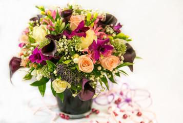 .Свадебный букет с коричневыми каллами в коричневой вазе