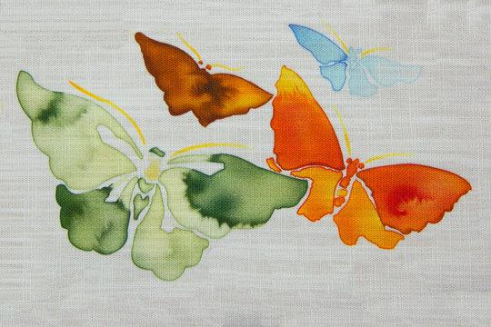 vier auf Stoff gemalte Schmetterlinge