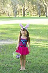 復活祭、イースターで兎の耳をつけた女の子、全身スナップ。
