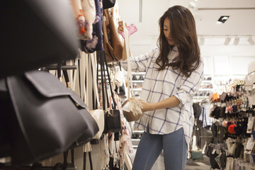 Young women are choosing to hand the bag at the store